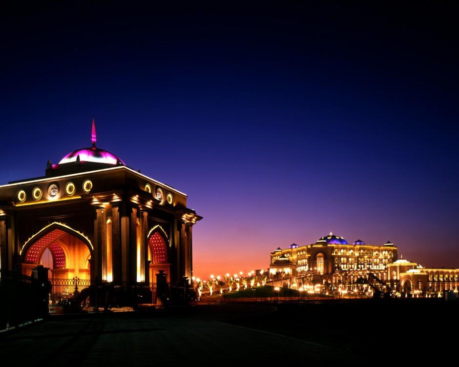 01-emirate-palace-bei-nacht