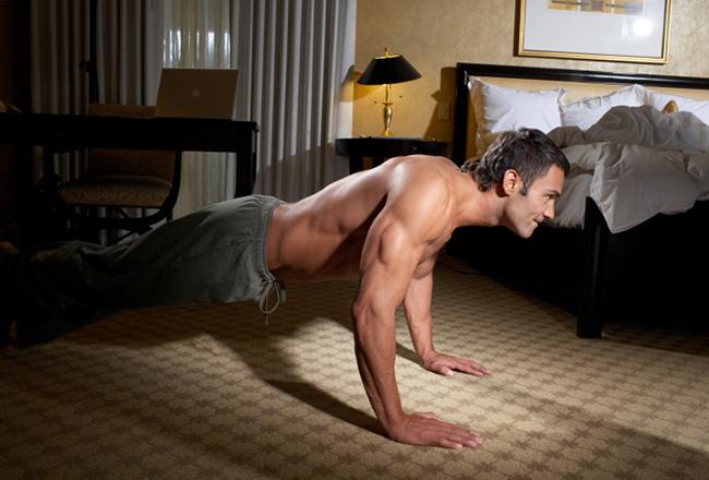 Fitness Übungen - Hotelzimmer