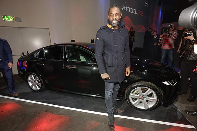 Idris Elba und der Jaguar XE auf dem roten Teppich